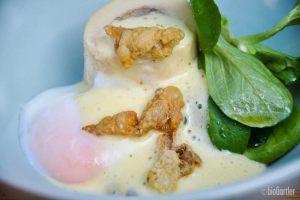 Markknochen mit Spargel, Onsen-Ei, Teriyaki-Sauce, knuspriger Hühnerhaut