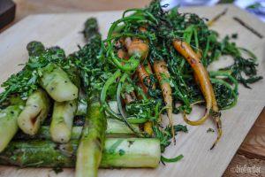 Grüner Spargel (gegrillt) und Baby-Karotten
